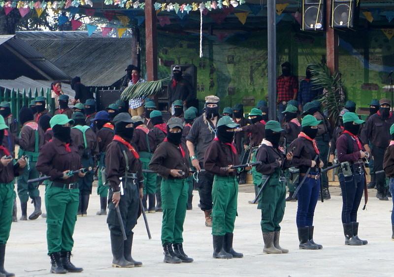 El EZLN celebra los 25 años del levantamiento armado declarando la guerra al olvido - El-subcomandante-Marcos-Galeano-dirige-la-parada-militar-en-la-Realidad-selva-Lacadona.-Foto-Carlos-de-Urabá