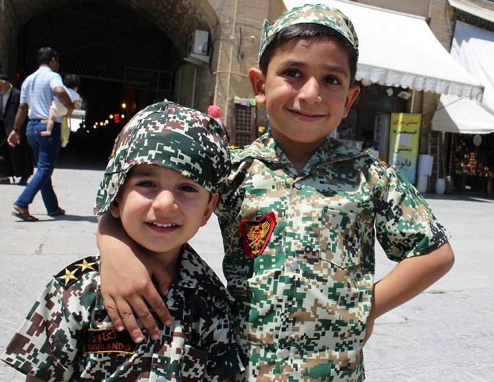 Se cumplen 40 años del triunfo de la revolución islámica de Irán - Niños-soldados-de-Isfahán.-Foto-Carlos-de-Urabá.