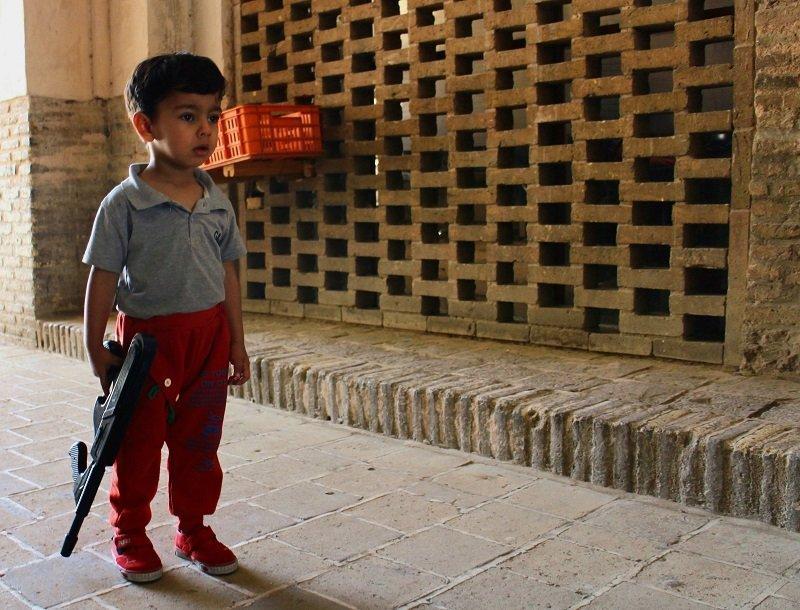 Guerra cibernética y embargo para implosionar la República Islámica de Irán - Niño-jugando-a-la-guerra.-Isfahan.-Foto-Carlos-de-Urabá