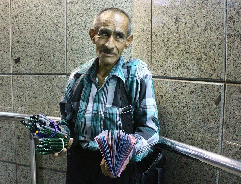 Guerra cibernética y embargo para implosionar la República Islámica de Irán - Vendedor-ambulante-en-el-metro-de-Teherán.-Foto-Carlos-de-Urabá.