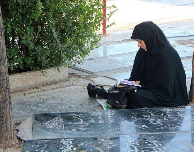Guerra cibernética y embargo para implosionar la República Islámica de Irán - Viuda-ora-por-su-marido-mártir.-Qom.-Foto-Carlos-de-Urabá