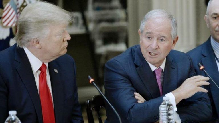 El presidente de EE.UU., Donald Trump, escucha atentamente a su benefactor donante, el multimillonario Stephen Schwarzman, en un acto.