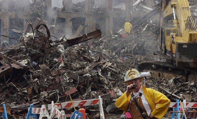 ¿Por qué siguen muriendo los bomberos y policías del 11S? - 960px-NY_Firefighter_Deputy_chief_at_wtc_image671_405