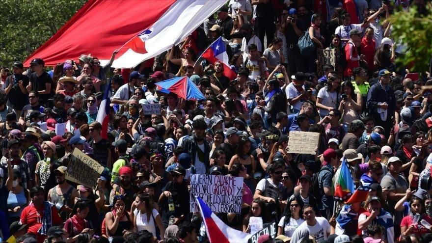 Manifestantes chilenos en Santiago (capital) en el séptimo día de protestas en el país, 24 de octubre de 2019. (Foto: AFP)