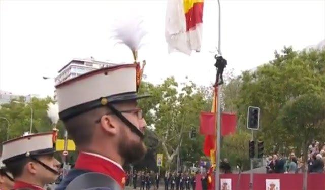 ¡Paracaidista español hace el amor con una farola! - paracaidista-español-hace-el-amor-con-una-farola-II