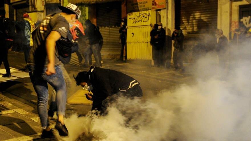 Manifestantes opositores chocan con las fuerzas de seguridad en La Paz, la capital de Bolivia, 5 de noviembre de 2019. (Foto: AFP)