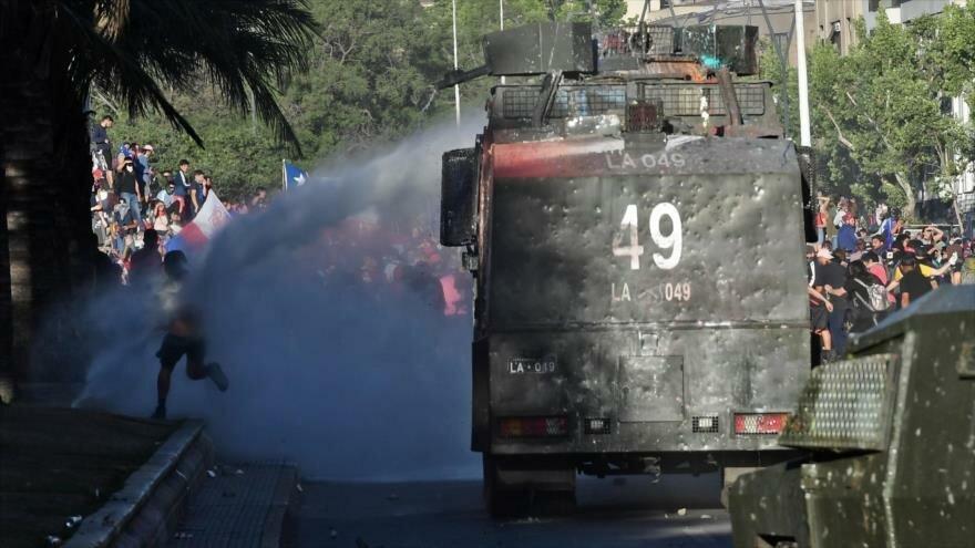 Policía de Chile reprime a manifestantes durante protestas antigubernamentales en Santiago, capital chilena, 6 de noviembre de 2019. (Foto: AFP)