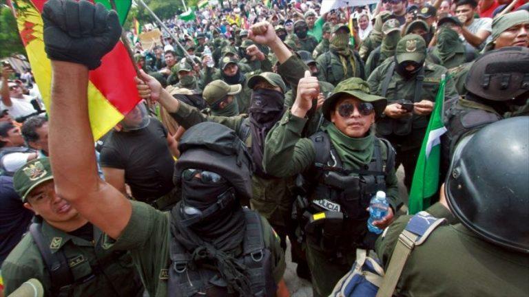 Policías boliviana participan en las protestas antigubernamentales en Santa Cruz, 9 de noviembre de 2019. (Foto: AFP)