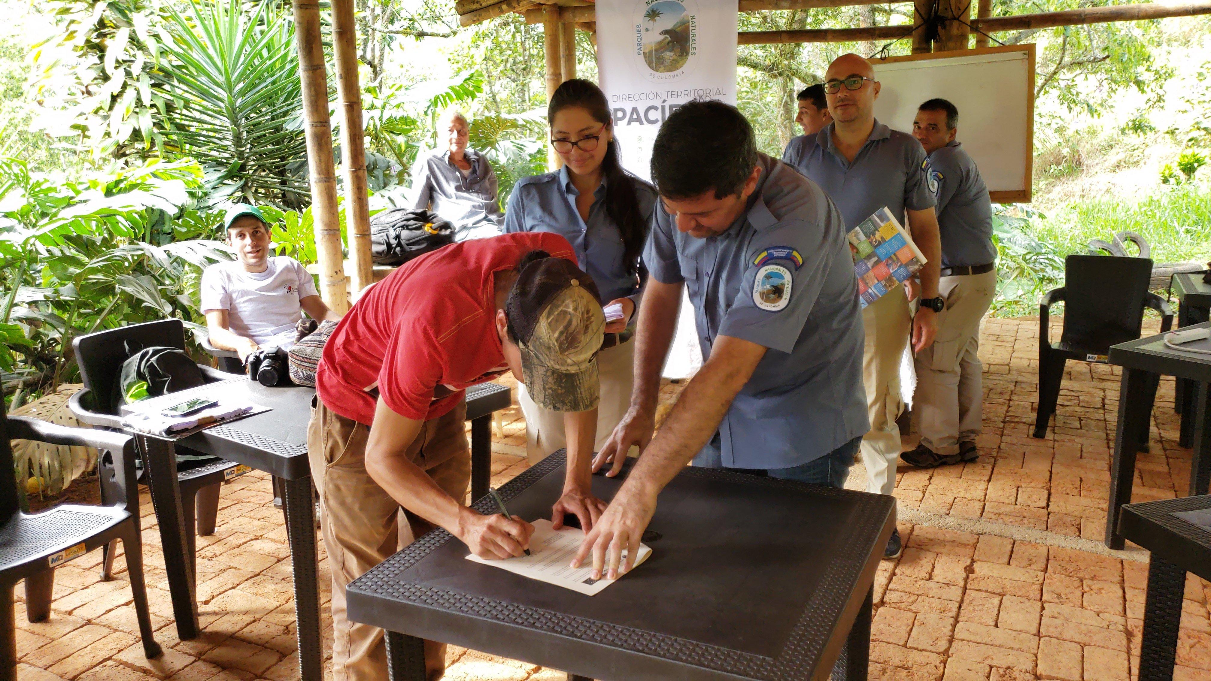 Campesinos firman 21 acuerdos de restauración ecológica para la conservación del Parque Nacional Natural Farallones de Cali - 20191105_152231