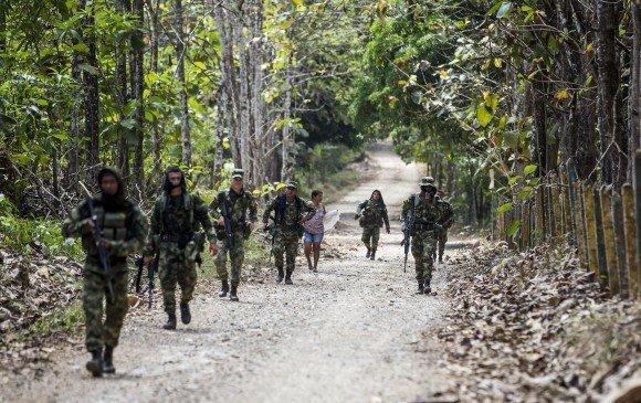 Soldados del Ejército patrullan la vía que comunica a los municipios de San José de Uré (Córdoba) y Tarazá (Antioquia). FOTO JULIO CÉSAR HERRERA.