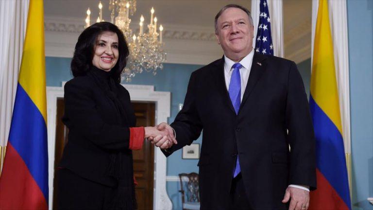 La canciller colombiana, Claudia Blum, saluda al secretario de Estado de EE.UU., Mike Pompeo, en Washington, 19 de diciembre de 2019. (Foto: AFP)