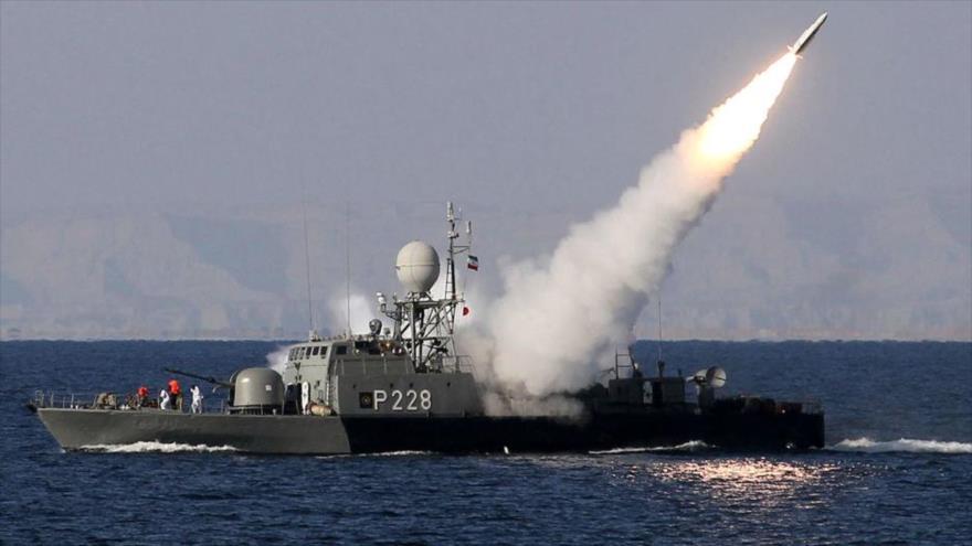 Un buque de guerra iraní en medio de una maniobra en el Golfo Pérsico.