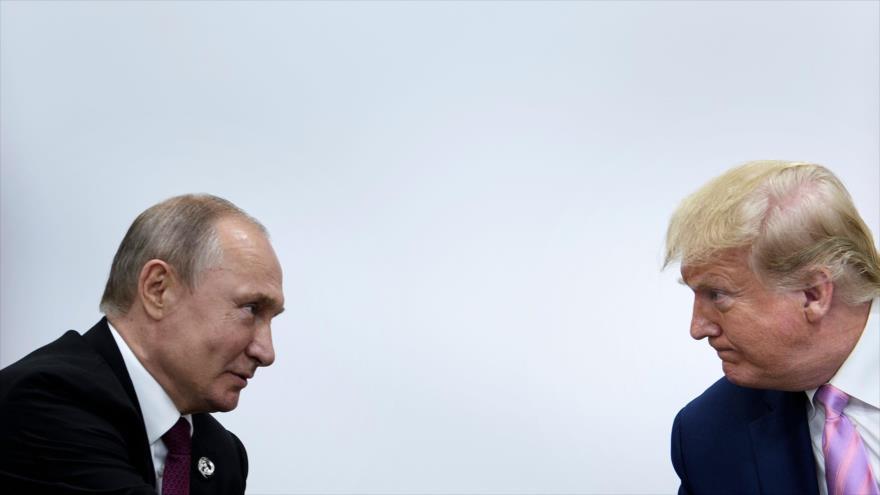 Los presidentes de Rusia y EE.UU., Vladimir Putin (izq.) y Donald Trump, respectivamente, Osaka, Japón, 31 de diciembre de 2019. (Foto: AFP)