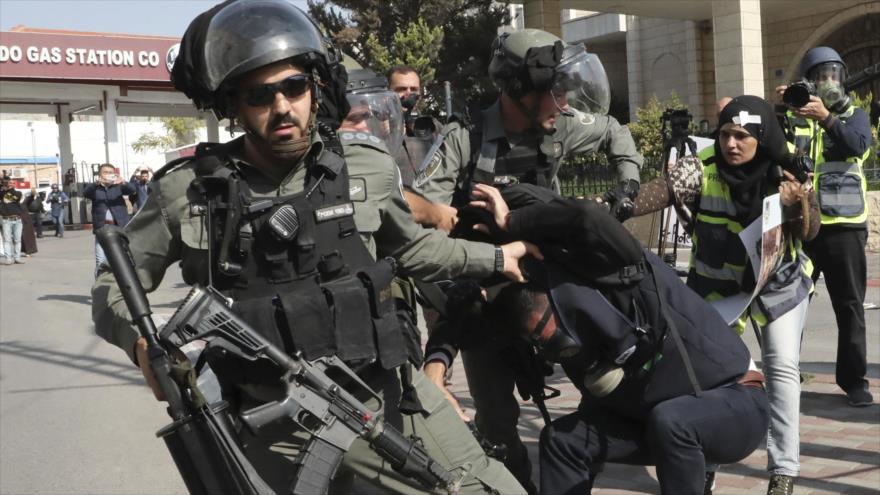 Fuerzas israelíes detienen a periodistas palestinos en una manifestación, Cisjordania ocupada, 17 de noviembre de 2019. (Foto: AFP)