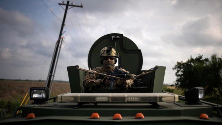 Un agente de la Unidad Táctica de la Patrulla Fronteriza de EE.UU. en un vehículo blindado, Texas, 8 de noviembre de 2018. (Foto: Reuters)