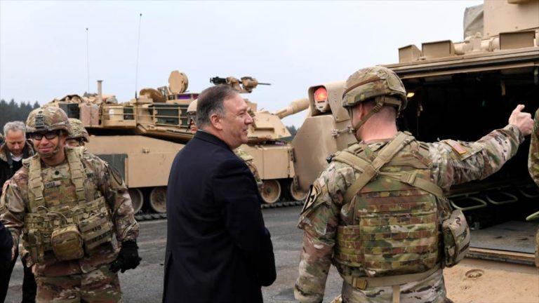 Soldados hablan con el secretario de Estado de EE.UU., Mike Pompeo, en la base militar en Grafenwoehr, Alemania, 7 de noviembre de 2019. (Foto: AFP)