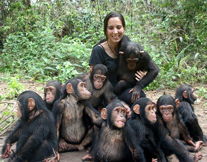 El legado de las tres pioneras que miraron a los primates de tú a tú - Rebeca-Atencia-con-chimpances-bebes.-Fernando-Turmo-IJG-3