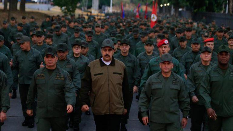 El ministro de Defensa venezolano, Vladimir Padrino López (izda.), durante una marcha militar en Caracas, la capital, 2 de mayo de 2019. (Foto: AFP)