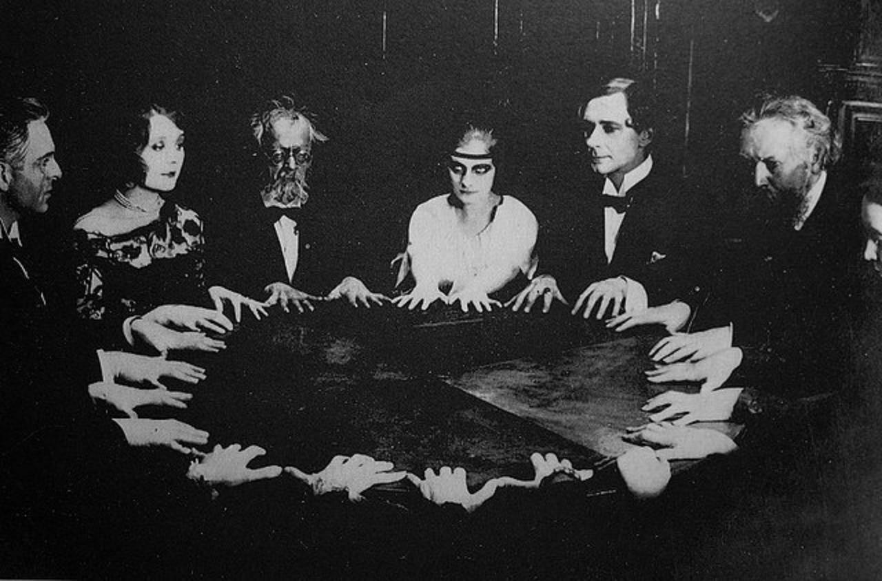 Sesión de espiritismo en el siglo XIX. Este nuevo credo defendía la existencia de una red etérea de comunicaciones que unía el mundo de los vivos con el Más Allá. Se requerían personas dotadas para dialogar con los espíritus, y las mujeres asumieron esa función.
