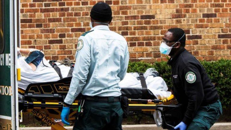Personal de emergencia introduce a un contagiado por coronavirus en una ambulancia en Nueva York, EE. UU., 5 de abril de 2020.