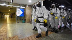 Soldados brasileños desinfectan una estación de metro para evitar la propagación del coronavirus, Brasilia, 29 de marzo de 2020. (Foto: AFP)