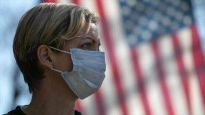 Una ciudadana estadounidense que se ha puesto mascarilla para prevenir el contagio del nuevo coronavirus (COVID-19).