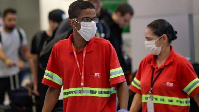 Los empleados del Aeropuerto Internacional de Sao Paulo en Brasil usan mascarillas como precaución contra el nuevo coronavirus.
