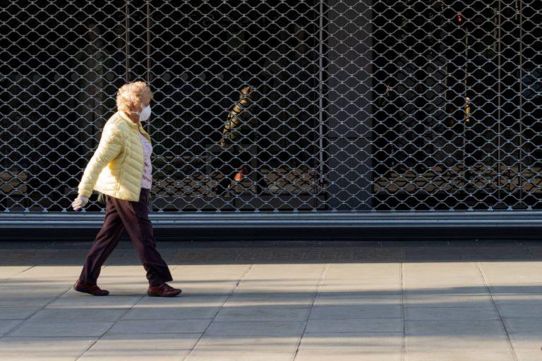 Las medidas de distancia social y confinamiento afectan más a sectores vulnerables y las políticas deben tratar de compensar esas desigualdades para evitar repercusiones duraderas, advierten los científicos sociales. / Adobe Stock