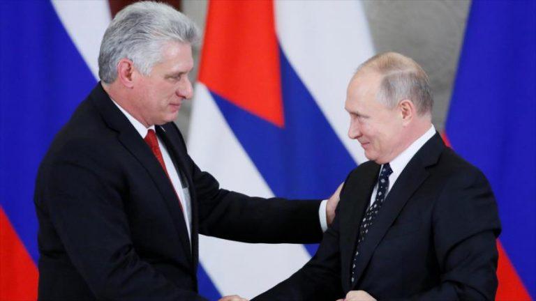 El presidente de Rusia, Vladimir Putin (dcha.), saluda a su par cubano, Miguel Díaz-Canel, en Moscú, 2 de noviembre de 2018. (Foto: Reuters)