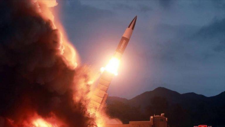El lanzamiento de un nuevo misil en un lugar no revelado, en Corea del Norte, 10 de agosto de 2019, (Foto: AFP)