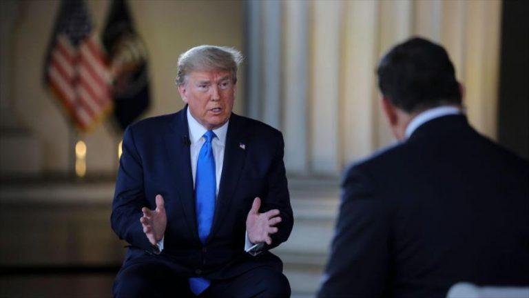 El presidente de EE.UU., Donald Trump, habla durante una entrevista con la televisión estadounidense Fox News.