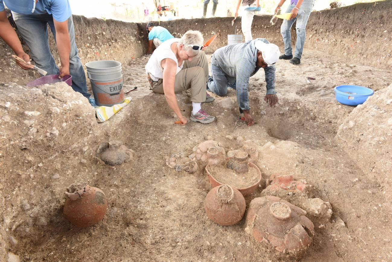 Hallan el monumento maya más grande y antiguo conocido - 3-Daniela-Triadan-center-excavating-Cache-NR4-900-800-BC-with-multiple-ceramic-vessels-at-Aguada-Fenix