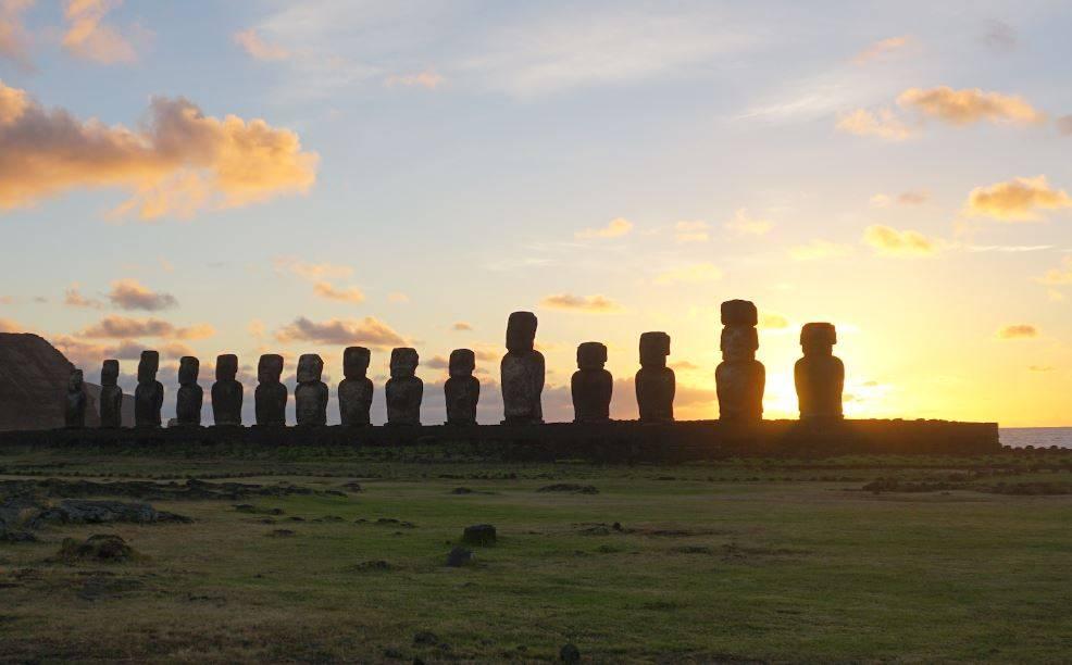 Amanecer en el yacimiento de Tongariki en la Isla de Pascua. / Andres Moreno-Estrada