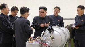 El líder norcoreano, Kim Jong-un (C), mira una carcasa de metal con dos bultos en un lugar no revelado, 3 de septiembre de 2017. - 08004358_xl-300x168