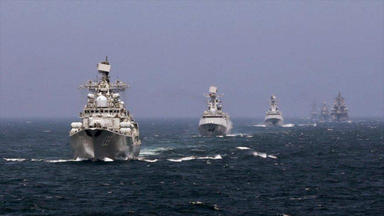 Fragatas de la Armada de China navegan durante un entrenamiento de combate real en el mar de la China Oriental, agosto de 2018.