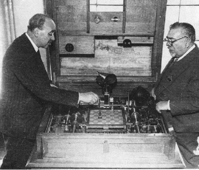 Cibernética utópica: el plan de la sociedad perfecta que sentó las bases de internet - Norbert-Wiener-and-Gonzales-Torres-Quevedo-at-the-chess-automaton-in-Paris-in-1951_Q640