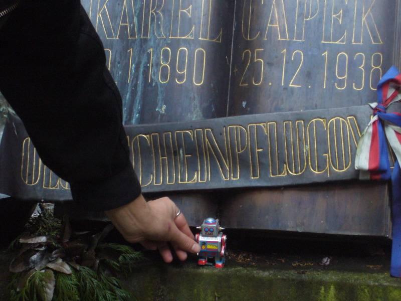 ¿Rebelión robótica? Cien años de amor y odio a los autómatas - Karel-Capek-Grave-With-Robot-Toy