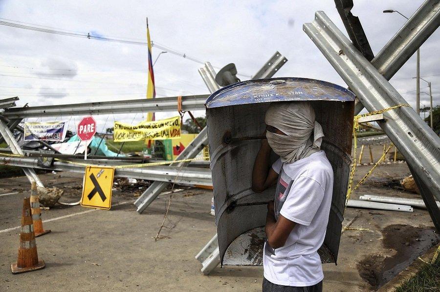 El régimen paramilitar colombiano ordena el genocidio juvenil para desmovilizar el Paro Nacional - resistencia-juvenil-Cali-II