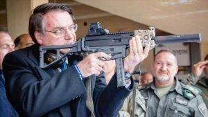 El presidente de Brasil, Jair Bolsonaro, sostiene un arma en una visita a los territorios ocupados palestinos, marzo de 2019. - 08485871_xl-300x169